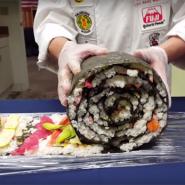 海外の日本食フェスで公開された「スシロール」が斬新