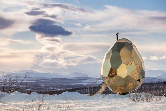 【スウェーデン】雪景色の中に全高5メートルのゴールデンエッグが出現
