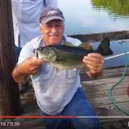 道具を一切使わずに魚釣りをするおじいさんに驚き!