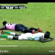 エクアドルのサッカーの試合で選手たちが突然コートに突っ伏した理由とは??