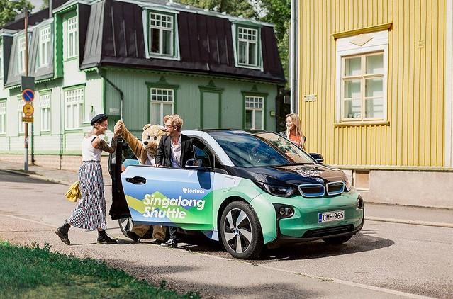 歌を歌って支払い!世界初の楽しいタクシーがフィンランドで登場