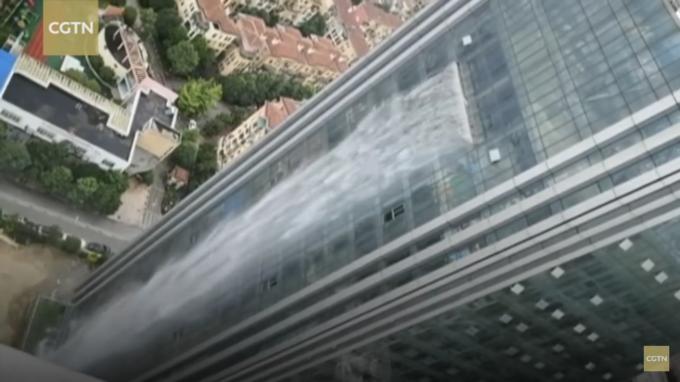 猛暑に耐えられず設置!?中国・貴州省の高層ビルの外壁に現れた人口の滝にビックリ!!!