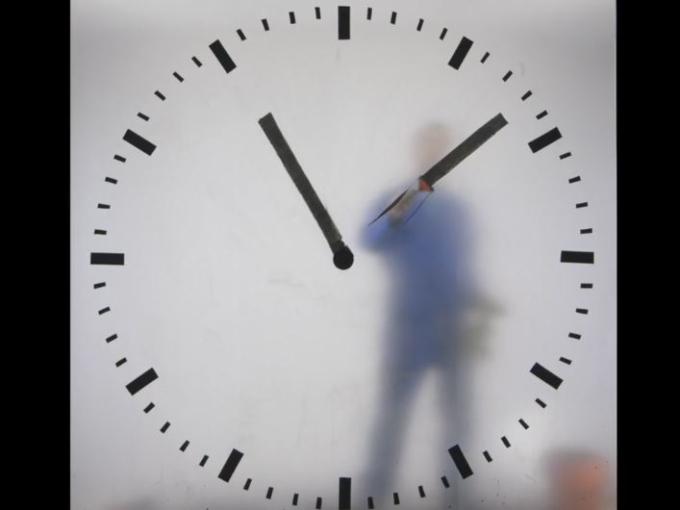 オランダ発!中の人が針を書き換える不思議な時計
