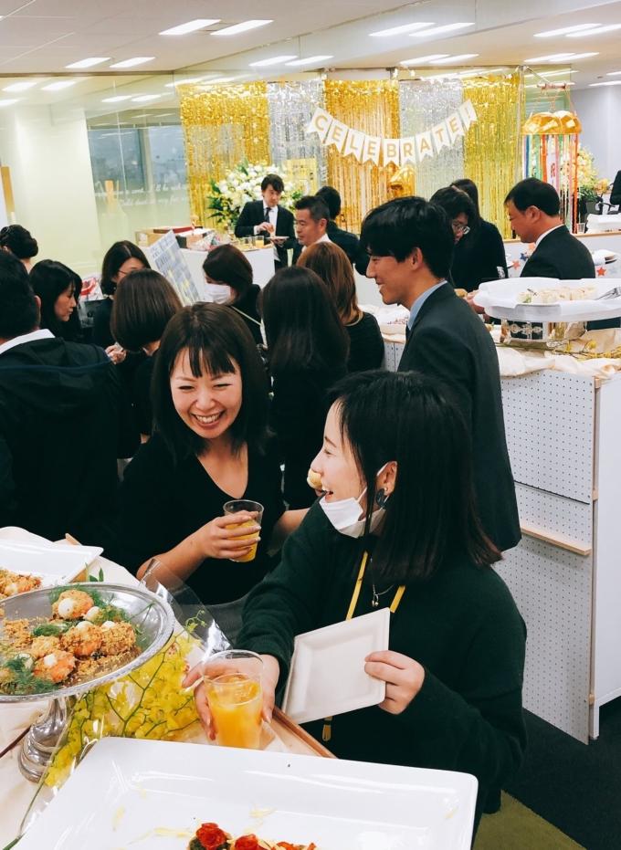 東証でのセレモニー後は、社内で手作りの祝賀会を実施!