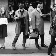 現代のスマホに匹敵!昔の人は新聞なしではいられなかった?