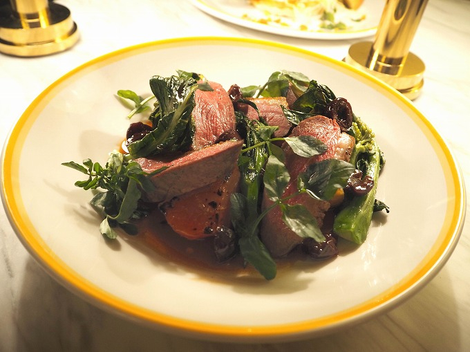 鴨胸肉のロースト、チェリーソース w/ ローストビーツ、グリーンベジタブル